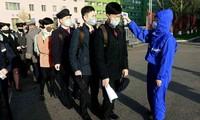 Sinh viên một trường đại học ở Bình Nhưỡng được kiểm tra thân nhiệt khi đến trường hôm 22/4. (Ảnh: AP)