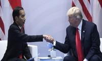 Tổng thống Indonesia (bìa trái) trong cuộc dịp gặp Tổng thống Mỹ Donald Trump. (Ảnh: Policy Times)