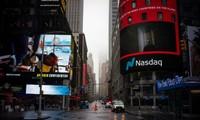 Trước trụ sở sàn Nasdaq trên Quảng trường Thời đại vắng hoe hôm 29/3 vì phong tỏa. (Ảnh: Reuters)