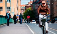 Người dân qua lại một cây cầu ở Stockholm, Thụy Điển, ngày 11/5. (Ảnh: CNN)