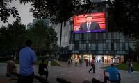 Người dân Bắc Kinh theo dõi qua màn hình Chủ tịch Trung Quốc Tập Cận Bình phát biểu trước quốc hội. (Ảnh: Reuters)