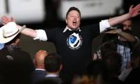 Tỷ phú Elon Musk sung sướng khi tên lửa được phóng thành công hôm 30/5. (Ảnh: Getty Images)