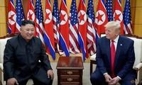 Chủ tịch Triều Tiên Kim Jong Un và Tổng thống Mỹ Donald Trump trong cuộc gặp lần đầu ở Singapore. (Ảnh: Reuters)