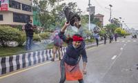 Một nhà hoạt động Nepal đốt ảnh Thủ tướng Ấn Độ Modi để phản đối việc khánh thành con đường qua vùng đất tranh chấp trên dãy Himalaya. (Ảnh: EPA)