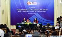 Thứ trưởng Nguyễn Quốc Dũng (trái) chủ trì họp báo chiều 23/6 về Hội nghị cấp cao ASEAN lần thứ 36. (Ảnh: Baoquocte)