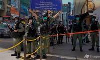 Cảnh sát Hong Kong làm nhiệm vụ trên đường phố hôm 28/6. (Ảnh: AP)