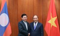 Thủ tướng Nguyễn Xuân Phúc tiếp đón Thủ tướng Lào. (Ảnh: VGP)