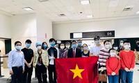 Nhóm công dân Việt Nam tại Mỹ trước khi lên đường về nước. (Ảnh: Mofa)