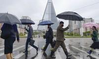 Người dân Bình Nhưỡng đeo khẩu trang khi ra đường. (Ảnh: Reuters)