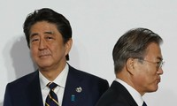Ông Abe và ông Moon. (Ảnh: AP)
