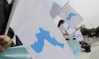 Người Hàn Quốc cầm cờ với hình ảnh bán đảo thống nhất trong dịp hội nghị thượng đỉnh liên Triều năm 2018. (Ảnh: AP)