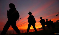 Lính hải quân Hàn Quốc đi tuần trên đảo Yeonpyeong. (Ảnh: Reuters)