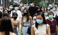 Người dân đi bộ trên một con phố ở Singapore. (Ảnh: Reuters)