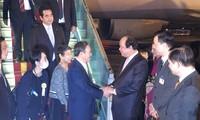 Thủ tướng Nhật Bản Suga Yoshihide và Phu nhân đáp xuống sân bay Nội Bài. (Ảnh: Nhật Minh)