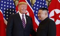 Ông Kim Jong Un và Tổng thống Mỹ Donald Trump trong cuộc gặp ở Hà Nội. (Ảnh: AP)