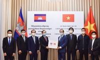Ngày 3/4, Thứ trưởng Ngoại giao Nguyễn Quốc Dũng trao tượng trưng trang thiết bị y tế, là quà của Chính phủ và nhân dân Việt Nam gửi tặng Chính phủ và nhân dân Campuchia. (Ảnh: Mofa)
