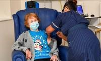 Cụ Margaret Keenan khi đang được tiêm vắc-xin. (Ảnh: Reuters)