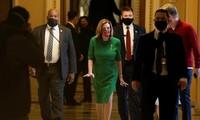 Chủ tịch Hạ viện Mỹ Nancy Pelosi (váy xanh) bước ra sau phiên họp ngày 21/12 của Hạ viện về gói cứu trợ mới. (Ảnh: Reuters)