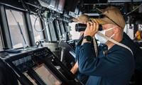 Ông Ryan T. Easterday, chỉ tàu USS John S. McCain quan sát Biển Đông khi đang đi vào khu vực này hôm 22/12. (Ảnh: US Navy)