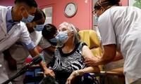 Một cụ bà ở Pháp được tiêm phòng vắc-xin COVID-19. (Ảnh: Reuters)