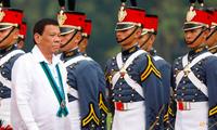 Tổng thống Philippines Rodrigo Duterte đi qua đội cận vệ. (Ảnh: Reuters)