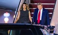 Tổng thống Donald Trump và Đệ nhất phu nhân Melania bước xuống từ chuyên cơ để đến Palm Beach