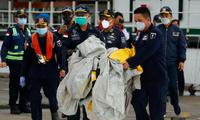 Lực lượng cứu hộ Indonesia vớt được bộ phận của chiếc máy bay xấu số. (Ảnh: Reuters)