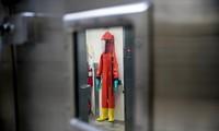 Một bộ đồ bảo hộ treo bên trong phòng thí nghiệm Ft.Detrick của Mỹ. (Ảnh: AP)