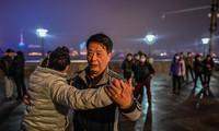 Người dân Vũ Hán khiêu vũ bên bờ sông Trường Giang. (Ảnh: CNN)