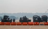 Quân đội Myanmar đóng chốt chặn trên các tuyến phố. (Ảnh: AP)