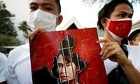 Người Myanmar biểu tình trước tòa nhà Liên Hợp quốc ở Thái Lan để phản đối cuộc đảo chính. (Ảnh: Reuters)