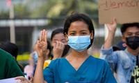 Một y tá làm dấu 3 ngón tay khi tham gia cuộc biểu tình ở TP Yangon ngày 8/2. (Ảnh: Reuters)