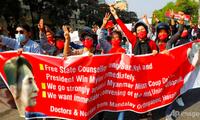 Người dân ở TP Mandalay biểu tình ngày 8/2. (Ảnh: AP)