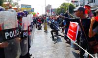 Người biểu tình đối đầu với cảnh sát ở Mandalay ngày 9/2. (Ảnh: AP)
