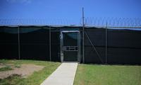 Trước cửa nhà tù của Mỹ trên Vịnh Guantanamo. (Ảnh: Reuters)