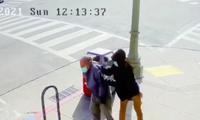 Video ghi lại hình ảnh một thanh niên đẩy ngã cụ ông gốc Á 91 tuổi. (Ảnh: The Cut)