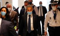Cựu Tổng thống Pháp Nicolas Sarkozy (giữa) đến dự phiên toà ngày 1/3. (Ảnh: Reuters)