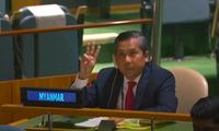 Đại sứ Kyaw Moe Tun giơ 3 ngón tay trong bài phát biểu tại Liên Hợp quốc tuần trước. (Ảnh: Reuters)