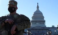 Lực lượng an ninh đứng gác trước trụ sở quốc hội Mỹ. (Ảnh: Reuters)
