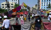 Phụ nữ Myanmar phơi xà rông trên phố để phản đối quân đội. (Ảnh: JiJi)