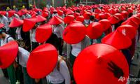 Các giáo viên mặc trang phục và đội mũ truyền thống tham gia cuộc biểu tình ngày 3/3 ở Mandalay. (Ảnh: AP)