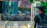 Người biểu tình Myanmar giăng váy phụ nữ đầy phố để đối phó với lực lượng an ninh. (Ảnh: AP)