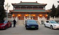 Xe Tesla đậu ngoài Trung Nam Hải - khu làm việc của lãnh đạo cấp cao Trung Quốc - trong cuộc gặp của ông chủ Tesla Elon Musk và Thủ tướng Trung Quốc Lý Khắc Cường vào tháng 1/2019. (Ảnh: Reuters)
