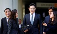 Ông Jay Y. Lee (giữa) trong lần đang rời khỏi toà án Seoul vào tháng 10/2019. (Ảnh: Reuters)
