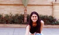 """Một cô gái Ấn Độ đăng bức ảnh mặc quần bò rách kèm theo thông điệp: """"Quần bò rách tốt hơn đầu óc rách"""" để phản đối phát biểu của ông Rawat. (Ảnh: Twitter)"""
