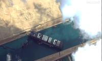 Con tàu khổng lồ nằm chắn ngang kênh Suez. (Ảnh: Maxar)