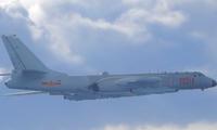 Một máy bay ném bom H-6 của Trung Quốc đại lục bay sát Đài Loan hồi tháng 9/2020. (Ảnh: Reuters)