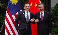 Ngoại trưởng Malaysia Hishammuddin Hussein trong cuộc gặp người đồng cấp Trung Quốc Vương Nghị. (Ảnh: Reuters)