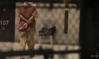 Một tù nhân trong trại giam của Mỹ ở Guantanamo. (Ảnh: Reuters)