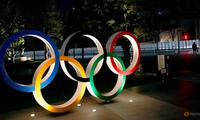 Biểu tượng Olympic trước sân vận động quốc gia ở Tokyo, Nhật Bản. (Ảnh: Reuters)